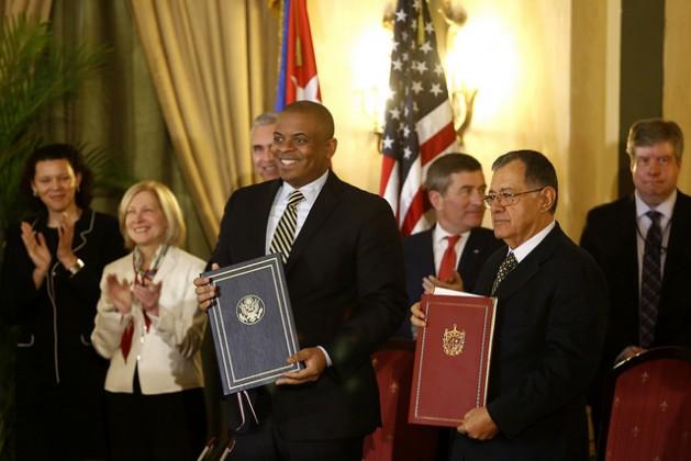 Anthony Foxx, secretario de Transporte de Estados Unidos (izquierda), y Adel Izquierdo, ministro de Transporte de Cuba, firmaron el 16 de febrero en La Habana un acuerdo para restablecer vuelos directos entre aerolíneas de ambos países. En el último año, cuatro secretarios (ministros) estadounidenses visitaron Cuba. Crédito: Jorge Luis Baños/IPS