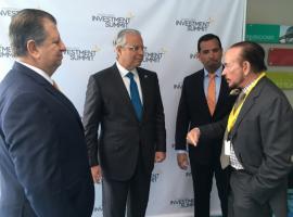 Saludo entre Alberto Bacó y Miguel Ferrer en el Puerto Rico Investment Summit. | Foto: Joel Cintrón Arbasetti