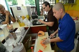 Israel Ruvalcaba junto a uno de sus empleados en un típico día de trabajo en Al Natural. (Ricardo Alcaraz/ Diálogo)