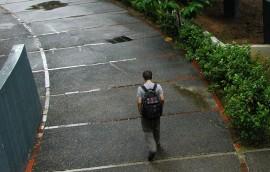 Solitario, un joven transita por la Facultad de Estudios Generales del Recinto de Río Piedras. (Ricardo Alcaraz / Diálogo)