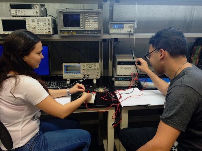 Estudiantes UPRB en lab CCT