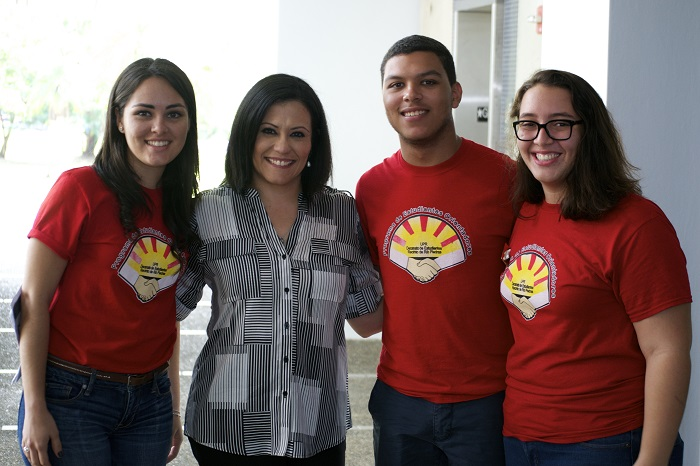 Foto 1- Estudiantes Orientadores UPRRP junto a Rose Marrero (1)