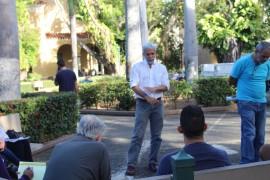 El profesor Rafael Acevedo se reúne con profesores y estudiantes en la Plaza Antonia Martínez de la UPRRP.