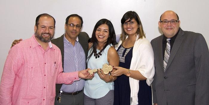 Estudiantes junto al Rector y Coordinador del CEDE en la entrega de la llave en la inauguración.