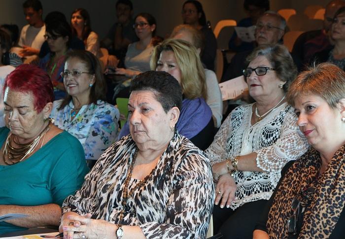 Adultos mayores interesados en conocer más sobre la enfermedad de Alzheimer se dieron cita en el foro. (Suministrada)