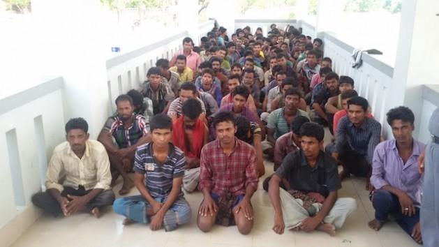 Bangladesíes que pretendían emigrar fueron abandonados por traficantes de personas en alta mar y posteriormente rescatados por la Guardia Fronteriza de Bangladesh. Crédito: Abdur Rahman/IPS