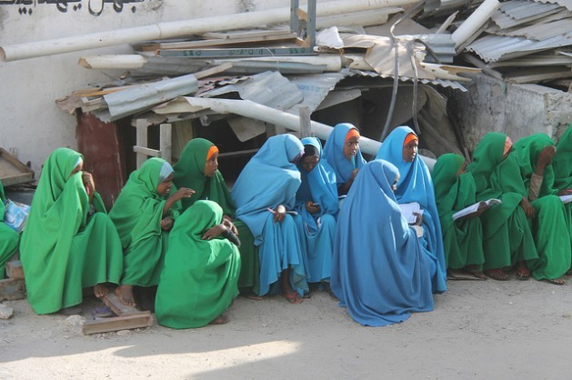 Jóvenes de Somalia, donde la mutilación genital femenina es una práctica extendida. Crédito: Abdurrahman Warsameh/IPS