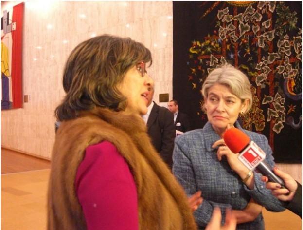 Una periodista y la directora general de la Unesco, Irina Bokova (a la derecha). Crédito: AD McKenzie / IPS
