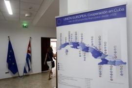Las banderas de Cuba y de La Unión Europea, dentro de la sede de La Delegación del bloque en La Habana. Allí, Christian Leffler, secretario general adjunto para Asuntos Económicos y Globales del Servicio Europeo de Acción Exterior declaró a los medios sobre los resultados de la séptima ronda de negociaciones para alcanzar un Acuerdo de Diálogo Político y Cooperación entre Bruselas y el gobierno de Cuba. (Jorge Luis Baños/IPS)