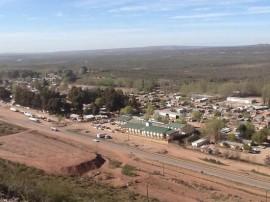 Vista de Añelo, un pueblo patagónico del suroeste de Argentina, que vivió un explosivo desarrollo, por tener como vecino al mayor campo de hidrocarburos de esquisto del país, comienza ahora a percibir el impacto del freno al desarrollo de estos yacimientos, debido al hundimiento de los precios petroleros internacionales. Crédito: Fabiana Frayssinet/IPS