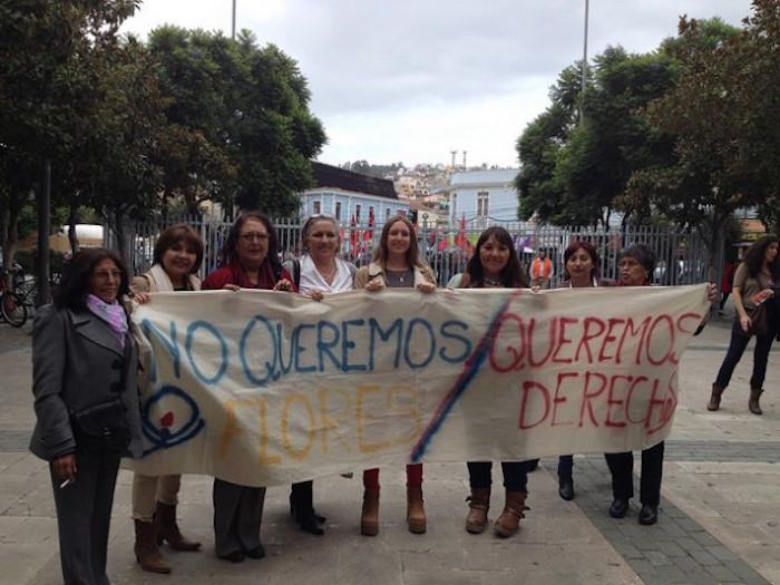 Un grupo de mujeres se apresta a ingresar al hemiciclo de la Cámara de Diputados para presenciar la sesión en la que se aprobó el proyecto de ley que despenaliza el aborto en tres causales, el 17 de marzo de 2016 en la ciudad de Valparaíso, sede del parlamento bicameral de Chile, a 45 kilómetros de Santiago. (Fátima Castro/IPS)