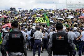 Manifestantes protestan este jueves 17, contra el nombramiento del expresidente Luiz Inácio Lula da Silva como superministro por la mandataria Dilma Rousseff, a las afueras del Palacio de Planalto, sede del gobierno en Brasilia. (Edilson Rodrigues/Agência Senado)