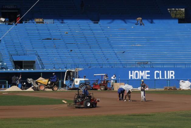 El emblemático Estadio Latinoamericano es sometido a una amplia restauración, antes de ser escenario de un juego amistoso entre la selección cubana de beisbol y el equipo estadounidense de los Rays de Tampa Bay, al que asistirá Barack Obama durante su visita oficial a La Habana, en el acto más popular de su agenda. Crédito: Jorge Luis Baños/IPS