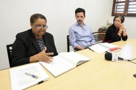 De derecha a izquierda: la decana Palmira Ríos, el profesor Don Walicek (centro) y la profesora Aracelis Rodríguez hablaron sobre sus impresiones y planes conforme a lo discutido con la MSCHE. (Ricardo Alcaraz/Diálogo)
