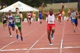 El equipo del Recinto de Río Piedras lideró el relevo de 400 metros. (Ricardo Alcaraz/Diálogo)