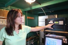 Dra. Olga Mayol muestra parte del equipo de monitoreo en la estación