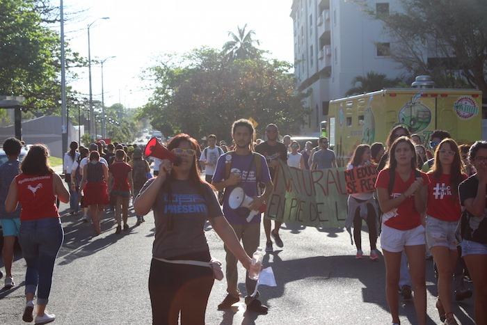 Manifestación de estudiantes de la UPR en el Departamento deHacienda. (Glorimar Velázquez/ Diálogo)