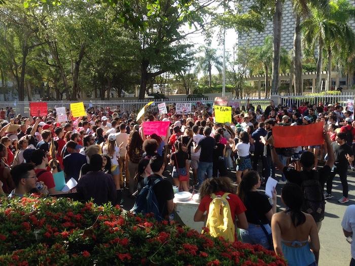 Estudiantes de la UPR se manifiestan en Hacienda. (Glorimar Velázquez /Diálogo)