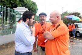 Guillermo Guasp (izquierda) conversa con miembros de la Hermandad. (Adriana De Jesús Salamán)
