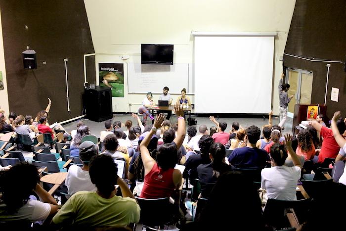 Estudiantes de la UPRRP reunidos en afiteatro de naturales. (Adriana De Jesús Salamán/ Diálogo)