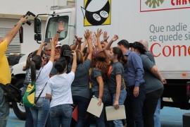Miembros del Banco de Alimentos de Puerto Rico listos para repartir comida en Orocovis. (Michelle Estades/ Diálogo)