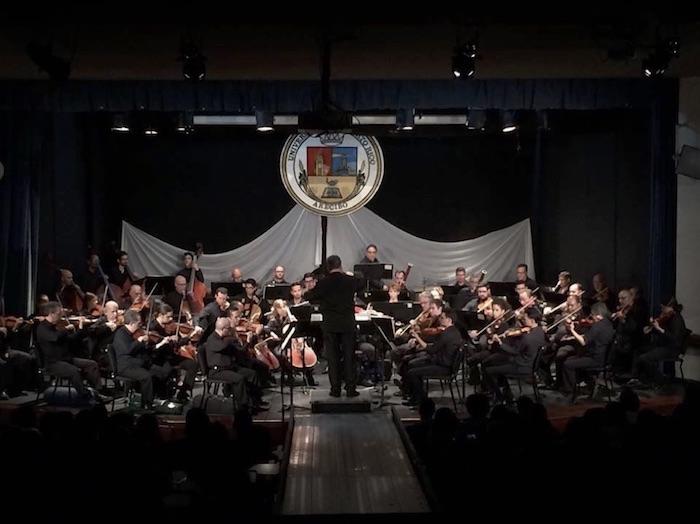 Rafael Enrique Irizarry dirige la Orquesta Sinfónica de Puerto Rico durante su presentación en la UPR en Arecibo. (Suministrada/UPRA)