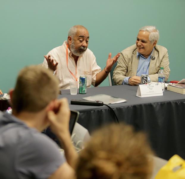 "Leonardo Padura (izquierda) visitó el taller ""Periodismo que cuenta"" de Juan Cruz (derecha). (Suministrada)"