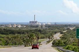 Vista de planta de AES desde el barrio Jobos en Guayama, Puerto Rico. (Suministrada)