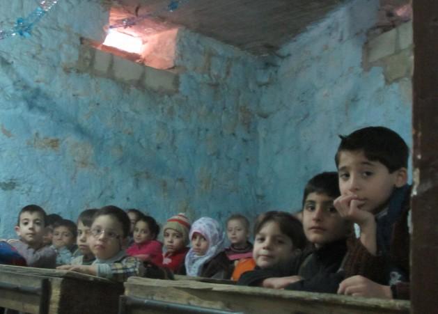Niñas y niños de la ciudad siria de Alepo están obligados a ir a escuelas subterráneas, octubre de 2014. Crédito: Shelly Kittleson/IPS.