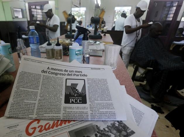 """En el interior de una barbería de gestión privada de la Habana, destaca la edición del 28 de marzo del diario Granma, órgano oficial del Partido Comunista de Cuba, que en su página tres publicó el artículo bajo el título """"A menos de un mes del Congreso del Partido"""", que dio respuesta a críticas ciudadanas sobre falta de participación en los preparativos de la cita. Crédito: Jorge Luis Baños/IPS"""