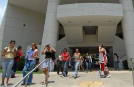 Estudiantes en la entrada a la facultad de Ciencias Naturales/agosto 2007