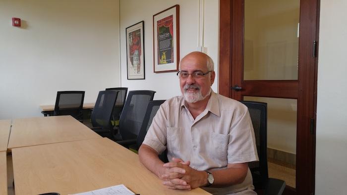 Samuel Araujo conversa con el profesor Mario Roche. (Suministrada)