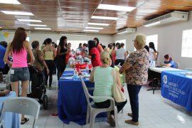 Feria de salud en Barceloneta organizada por estudiantes de enfermería de la UPR Arecibo. (Michelle Estades/ Diálogo)