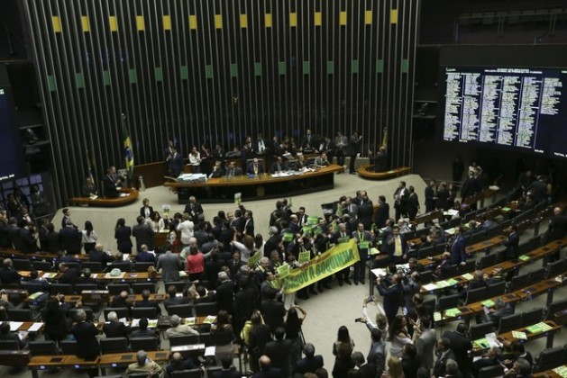 En un ambiente crispado y partidizado comenzó este viernes 15 en la Cámara de Diputados de Brasil la histórica votación sobre la apertura de un juicio político a la presidenta Dilma Rousseff. Crédito: Marcelo Camargo/Agência Brasil.
