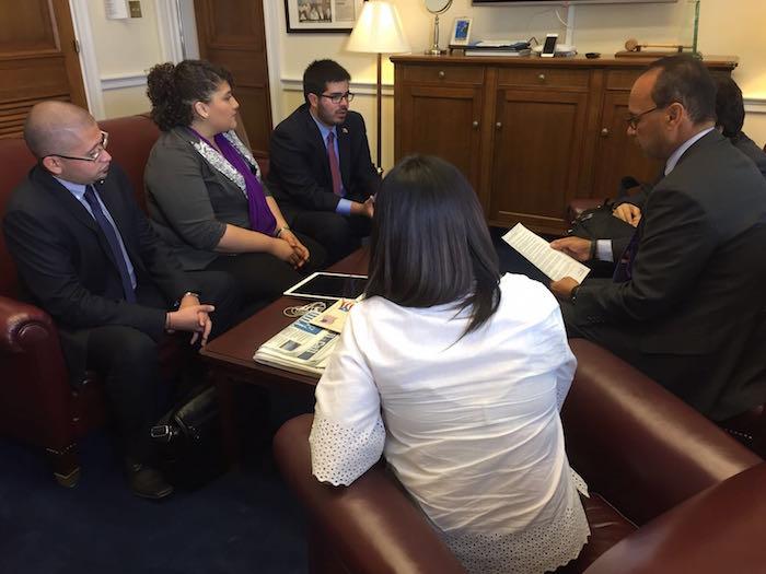 La delegación de líderes estudiantiles de la UPR se reunió con varios congresistas, entre ellos el demócrata puertorriqueño, Luis Gutierrez. (Nidia Liz Matos Ramos)