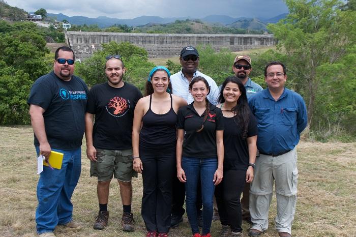 Grupo de estudiantes que investigan sedimentación en el agua del Río Loco junto al profesor Dr.  Jorge Ortiz (extrema derecha) y Rector Carlos Severino (al centro). (Suministrada)