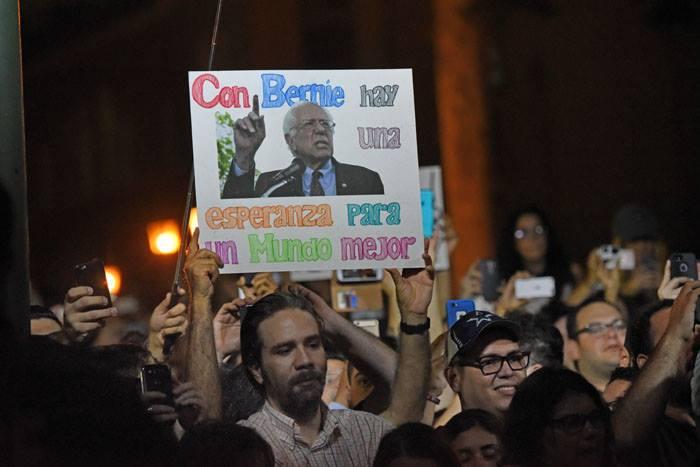Estudiantes de la UPR en la visita de Bernie Sanders. (Ricardo Alcaraz/ Diálogo)