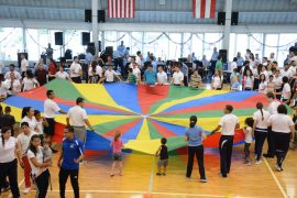 Activiadades recreativas con el paracaídas de colores. (Suministrada UPR de Bayamón)