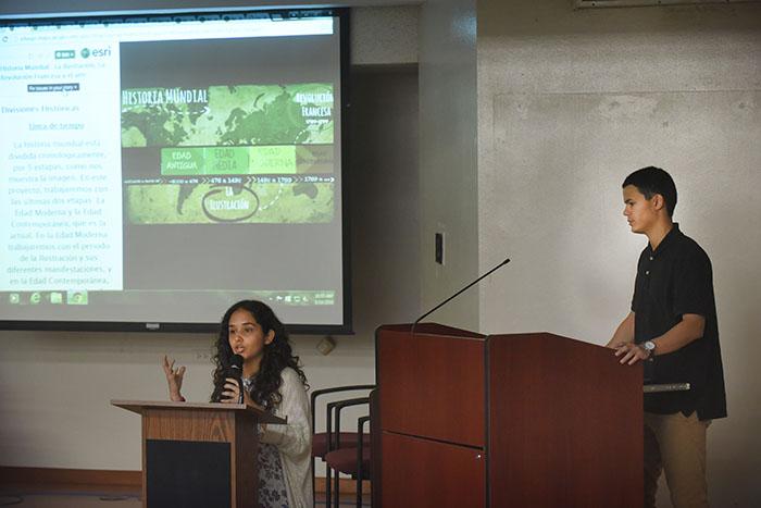Los estudiantes Cristian Calcado e Iliana Nieves presentan su trabajo en la Facultad de Ciencias Sociales de la UPRRP. (Ricardo Alcaraz/Diálogo)