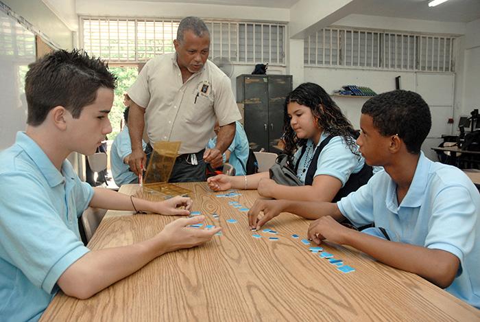 Estudiantes del maestro de matemáticas de octavo grado, Eddie Rivera Santana, de la escuela Ricardo Arroyo Laracuente de Dorado. (Ricardo Alcaraz/ Diálogo)