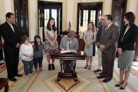 El gobernador Alejandro García Padilla firmó el proyecto de ley en presencia de su propulsora María Fernanda Puig, que sometió su propuesta a través de la Oficina de Participación Ciudadana. (Suministrada)