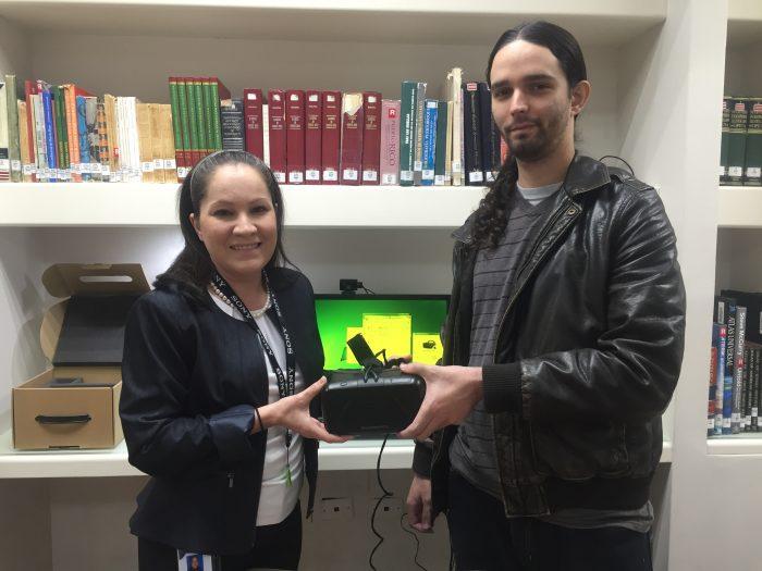La investigadora Genoveva Negrón y el profesor Daniel Archilla. (Deborah Rodríguez/ Diálogo UPR)