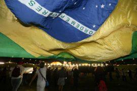 Un grupo de personas se manifiesta contra el proceso de destitución de la presidenta Dilma Rousseff, en la explanada frente a las sedes de la Cámara de Diputados y del Senado, en Brasilia, la noche del 27 de abril. Crédito: Lula Marques/Agência PT