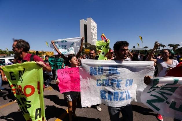 Un grupo de manifestantes en contra del proceso de destitución de Dilma Rousseff, a comienzos de mayo, cerca del Palacio de Planalto, sede de la Presidencia en Brasilia. Manifestaciones a favor y en contra de la salida del poder de la mandataria se suceden desde hace meses. Crédito: Marcelo Camargo/Agência Brasil