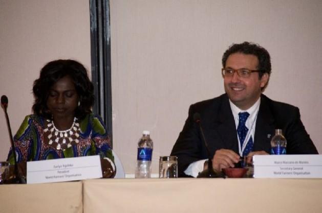 La presidenta de la Organización Mundial de Agricutlores, Evelyn Nguleka, aparece en la foto sentada junto al secretario general Marco Marzano de Marinis. Crédito: Friday Phiri/IPS.