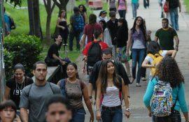 """Para el licenciado Juan Acosta Reboyras, miembro de la junta, una beca de estudio de $4,000 al año y un salario mínimo de $4.25 la hora """"no está tan mal"""" para el presupuesto de un estudiante. (Ricardo Alcaraz / Diálogo)"""