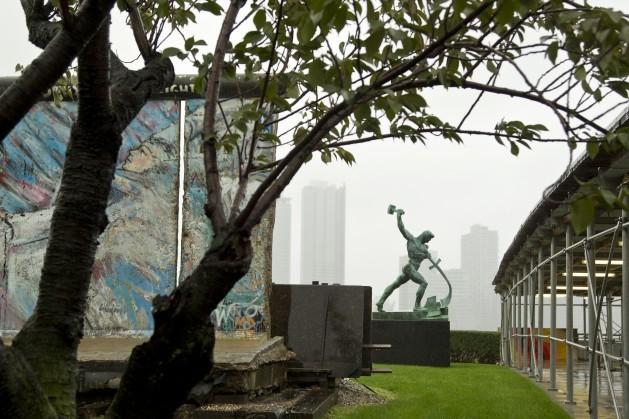 Un momento sobre la caída del Muro de Berlín fue colocado al lado de una escultura soviética en la sede de la ONU en Nueva York. Crédito: UN Photo/Rick Bajornas.