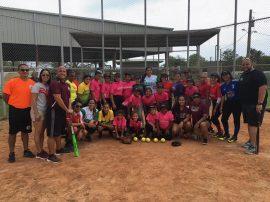 Niñas y jóvenes de la Liga de softbol María Zayas en Salinas. (Suministrada)