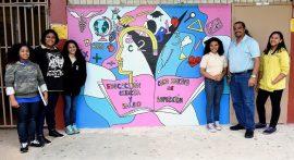 Roberto Rivera, maestro de ciencia de la escuela, creó un mural junto a sus estudiantes. (Suministrada)