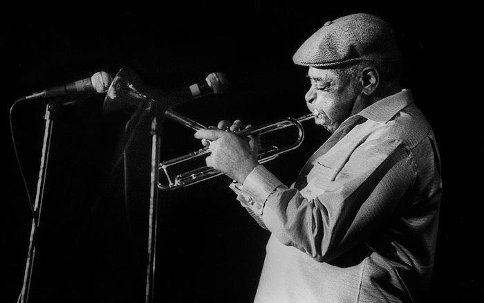 El virtuoso trompetista de jazz estadounidense Dizzy Gillespie amenizó junto al cubano Arturo Sandoval en el Teatro de la UPR en marzo de 1985. (Ricardo Alcaraz/Diálogo)